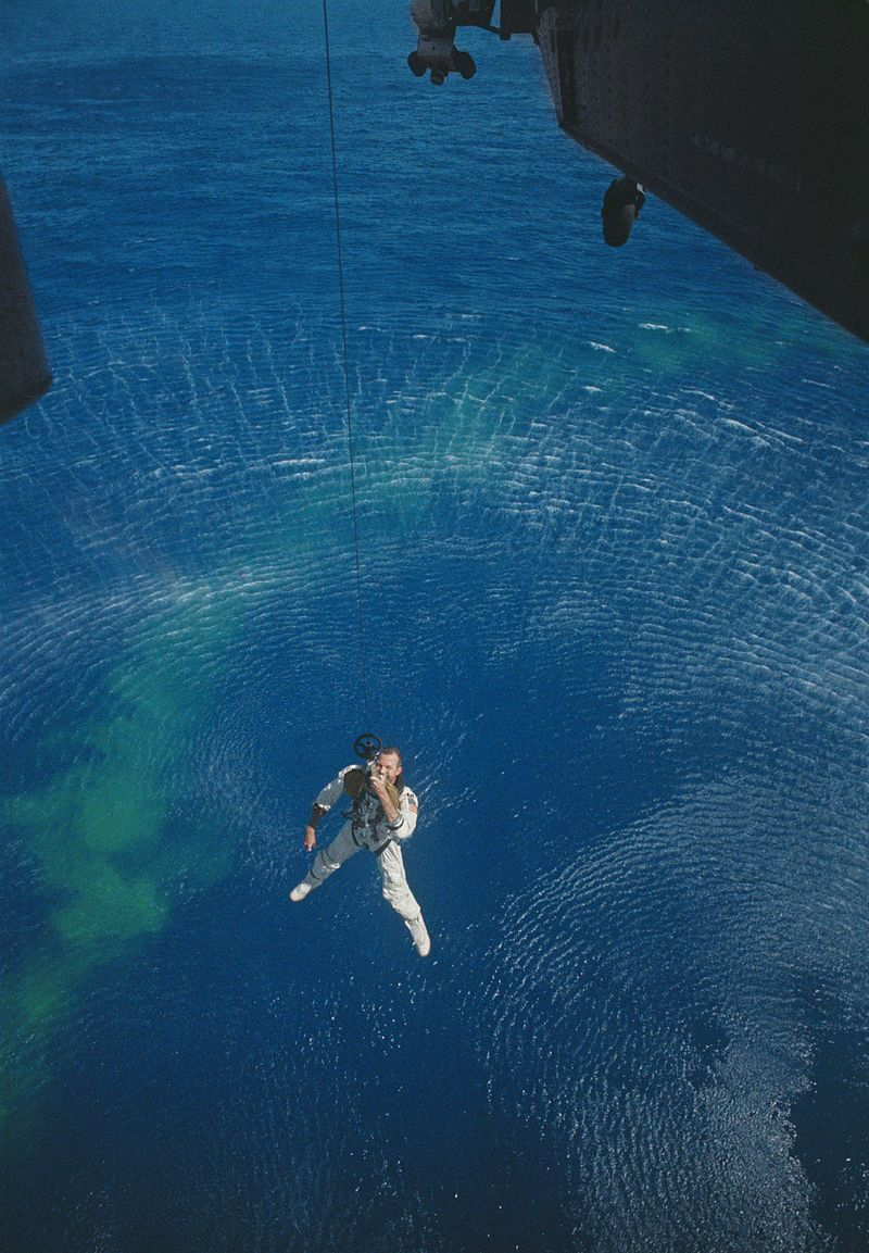 Gordon Cooper being recovered by a helicopter during Gemini 5